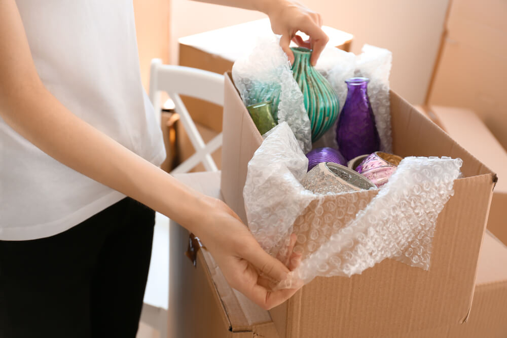 Emballer et transporter un vase en céramique pour un déménagement